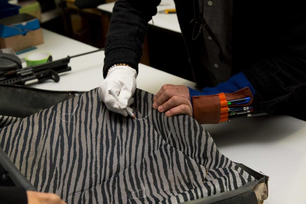 シートのディテールに型紙でおこすため、縫製箇所をチョークで印をつけて分解。