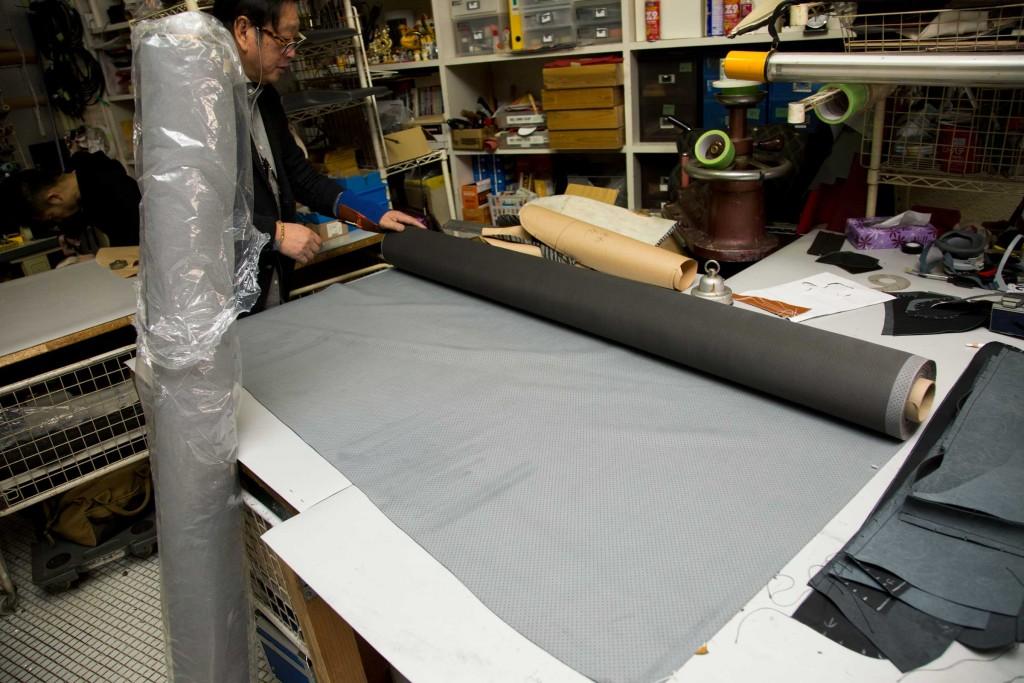 ゼブラ柄に変わる素材として、我々が選んだのは、DT117クーペと同じ、東レが開発した最新マテリアルultrasuede®。今回は、フラットな生地とパンチング加工を施した生地を合わせ技で使用。