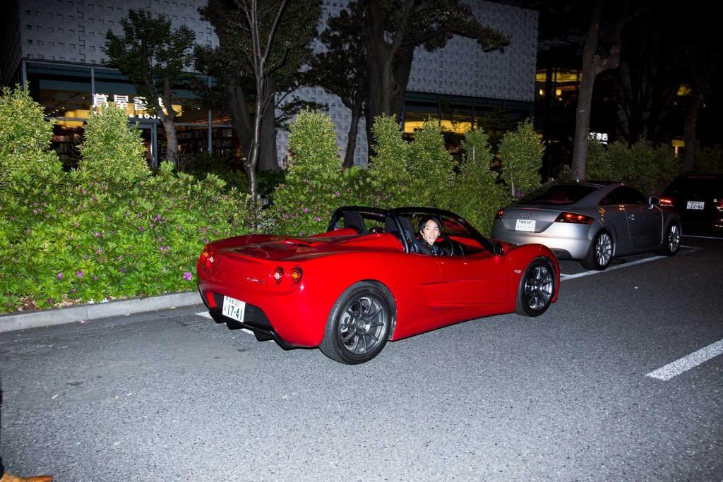 返却場所に到着したと同時に電欠に!!!ZZを燃料(電量)尽きるまで乗りこなした中嶋さんの表情は、達成感の笑みさえ感じさせる。